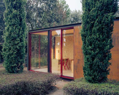 casa prefabricada en el jardín