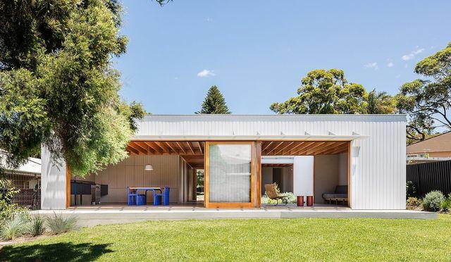 una casa prefabricada y sostenible con patio interior