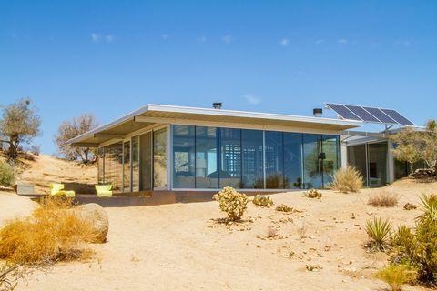 Casa sin red eléctrica en Pioneertown anunciada en Airbnb