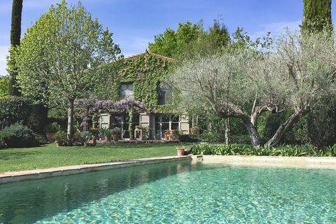 casa de piedra con piscina y jardín