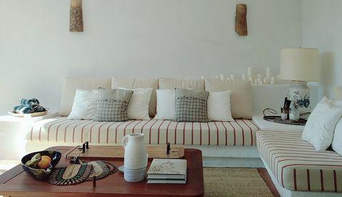 salón rústico en tonos neutros con paredes y techo en blanco