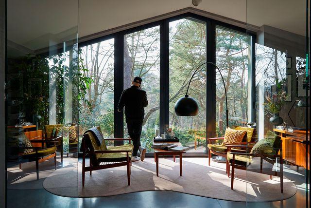 interior de una casa estilo años sesenta con mucha luz y diseños clásico retro