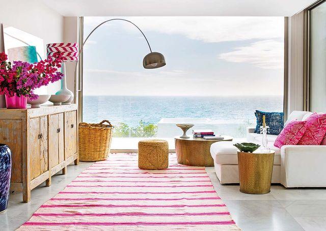 casa en tarifa con vistas al mar y terraza salón con vistas al mar sofa blanco y toques fresa luminoso y natural