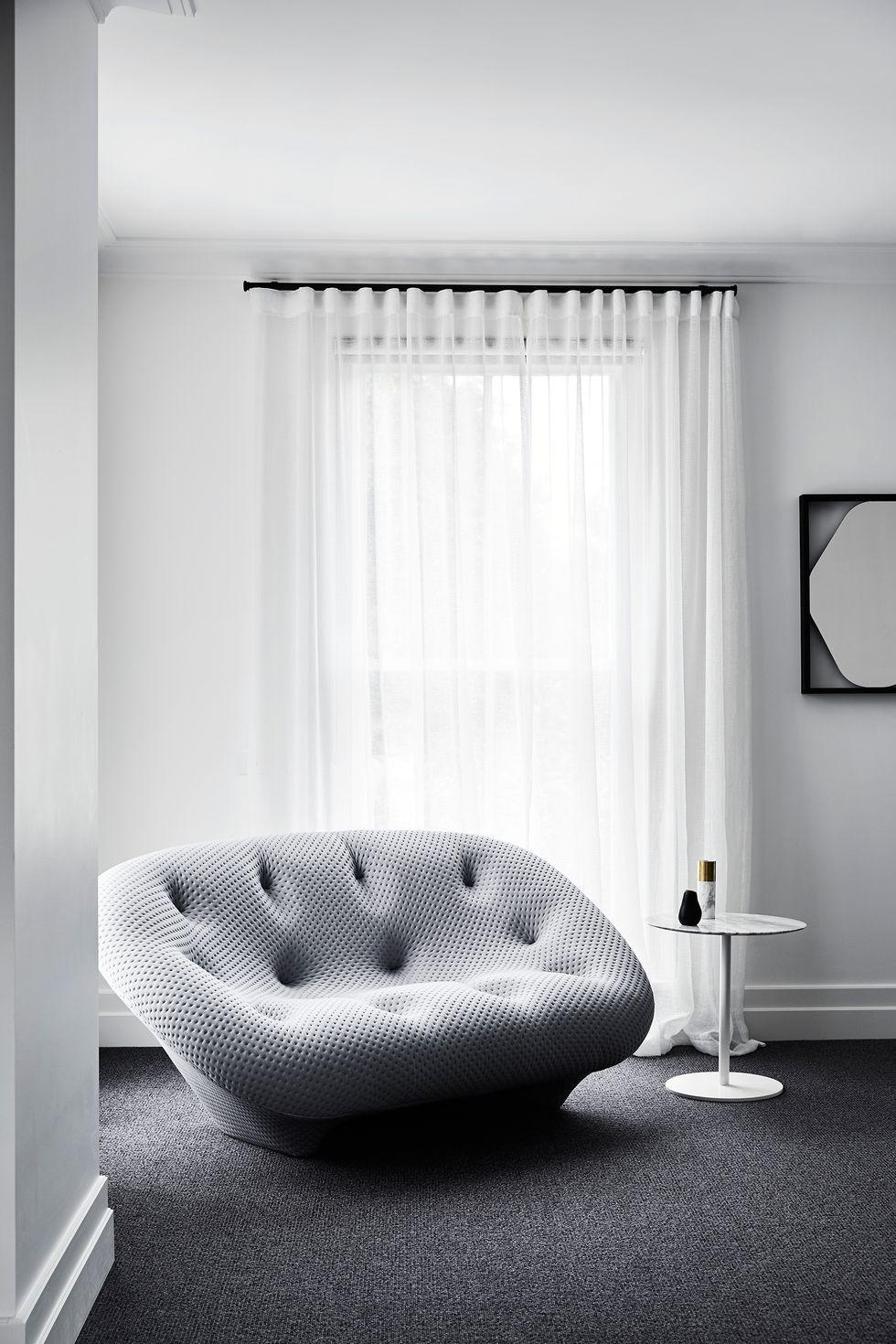 此图像的alt属性为空;文件名为casa-toorak-studio-griffiths-sofa-1570610014.jpg