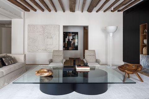 salón de una elegante casa en tonos neutros en parís de arthur casas