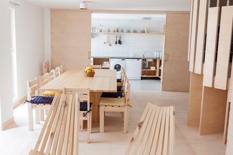 salón abierto a la cocina con mobiliario de madera de pino