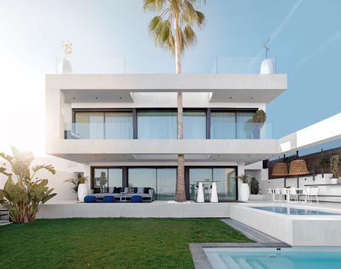 casa moderna con piscina y jardín