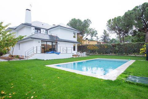 casa unifamiliar con jardín y piscina