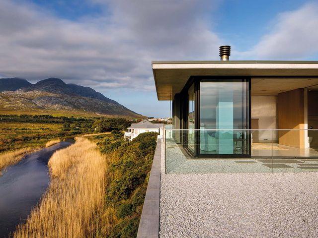una casa de vacaciones con vistas a un río en sudáfrica