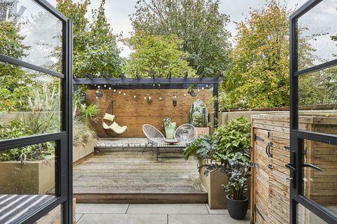 terraza con entarimado de madera y veranda con columpio