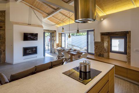 casa castromao rehabilitación ourense estilo industrial, rústico y nórdico cocina, comedor y chimenea
