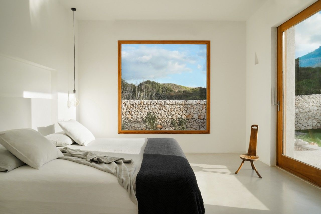 Case E Stili Design white minimalism nestles into the lush greenery of minorca