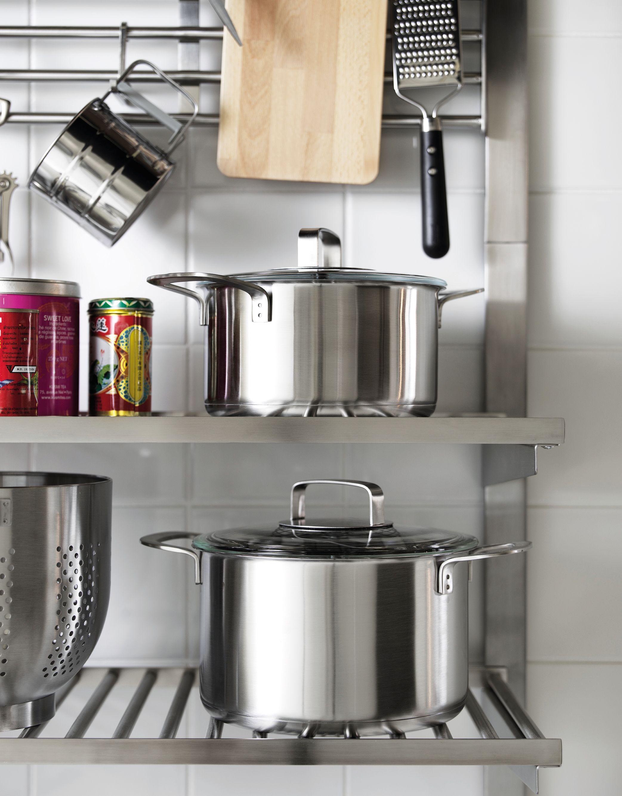 Batería de cocina en baldas de IKEA