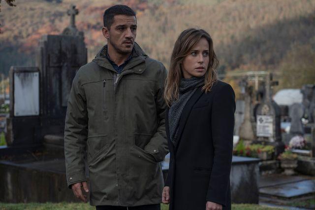 marta etura y jonan etxaide, dos de los protagonistas de la trilogía del baztán en una escena de ofrenda a la tormenta