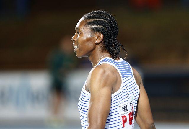 la atleta sudafricana caster semenya, doble campeona olímpica de 800 metros, respira tras competir en marzo en los 200 metros