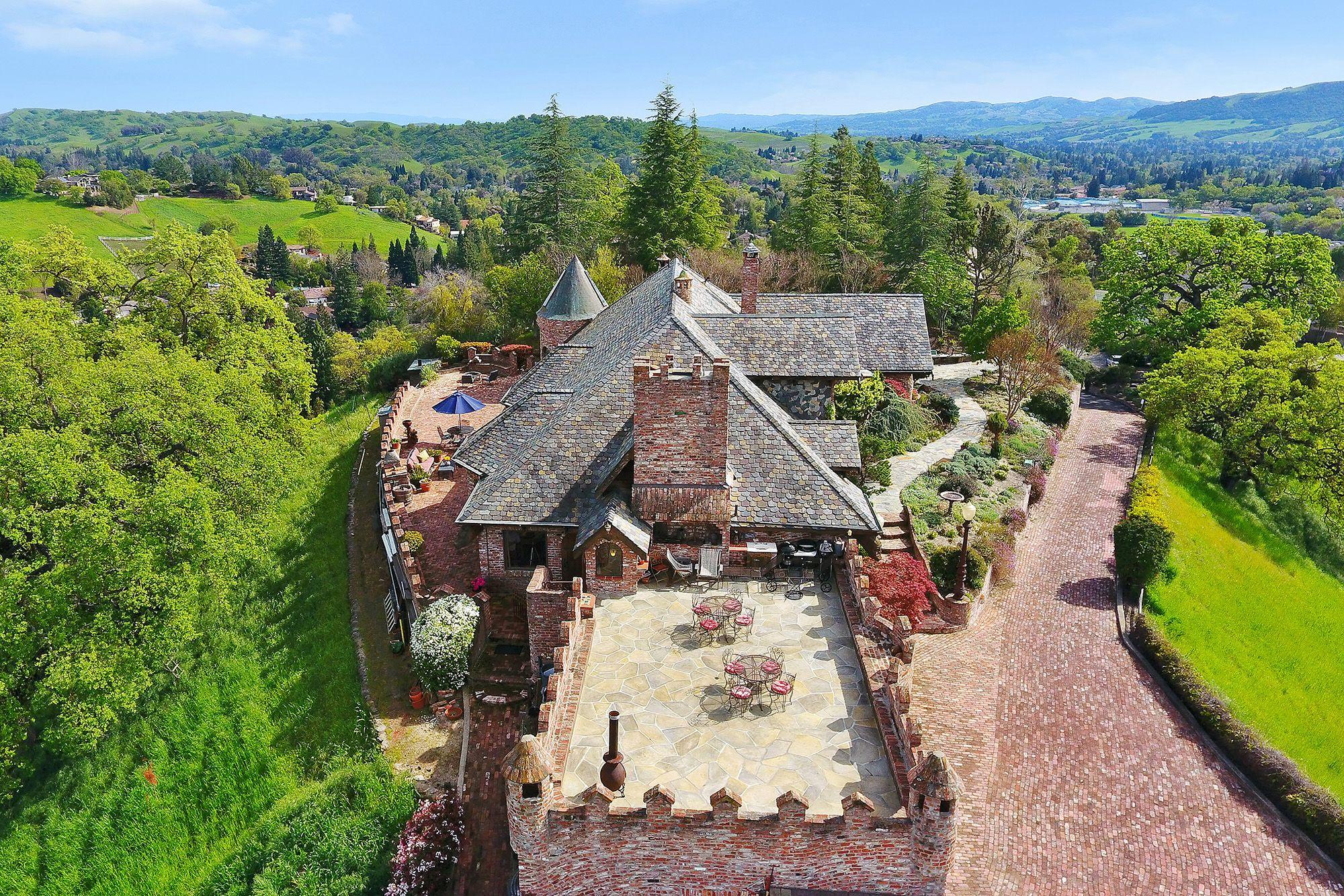 Un castillo de construcción moderna y aires medievales en California
