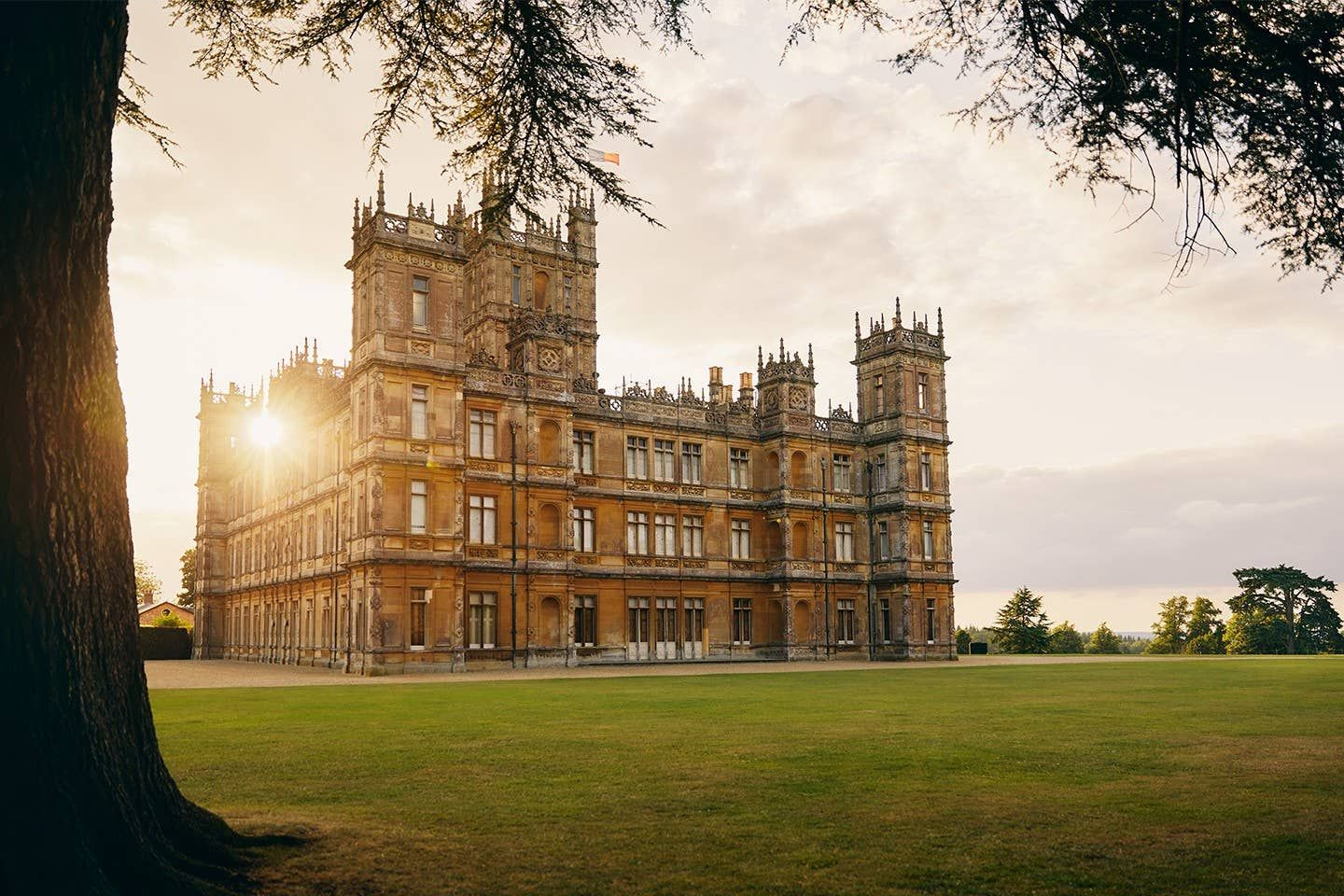 The Real Downton Abbey Is On Airbnb And You Can Stay There For Under $200 A Night