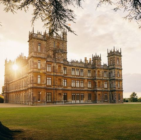 Estate, Building, Sky, Landmark, Stately home, Architecture, Tree, Manor house, Grass, Château,