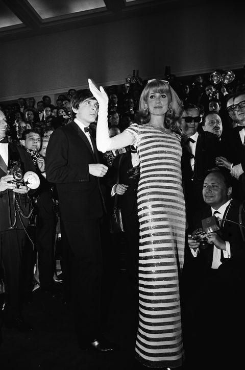 catherine deneuve op de rode loper van het cannes film festival 1966