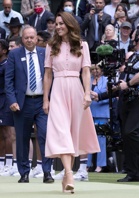 la duquesa de cambridge, con un vestido rosa y zapatos a juego