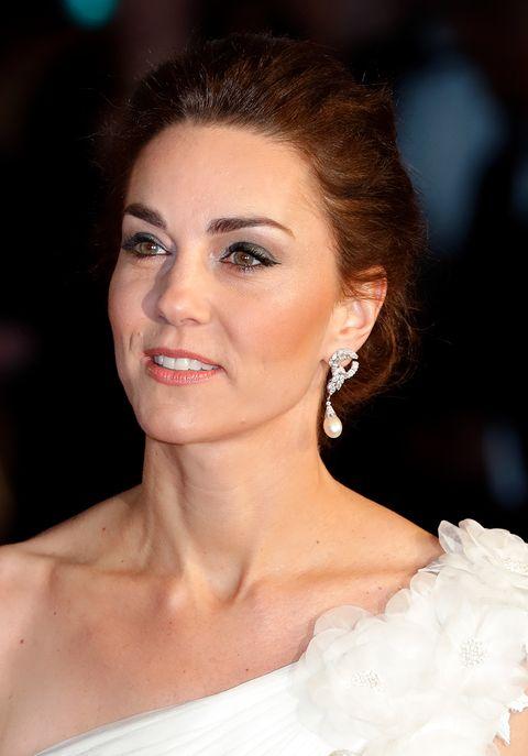 英國皇室成員的珠寶日常!英國女王、凱特王妃不離身的經典珍珠造型