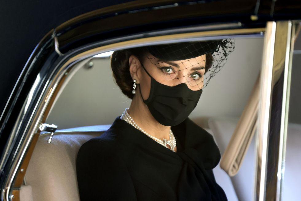 Kate Middleton honra a Lady Di y a Isabel II con sus joyas en el funeral del príncipe Felipe