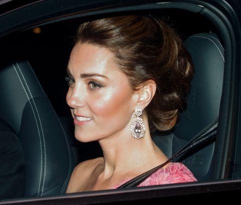 Kate Middleton menggunakan anting mewah saat datang ke pesta ulang tahun Pangeran Charles (dok. Harper's Bazaar)
