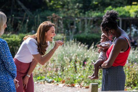 【英國皇室】凱特王妃最新穿搭曝光!玫瑰粉長褲、幸運錢幣項鍊,大展優雅高衣q