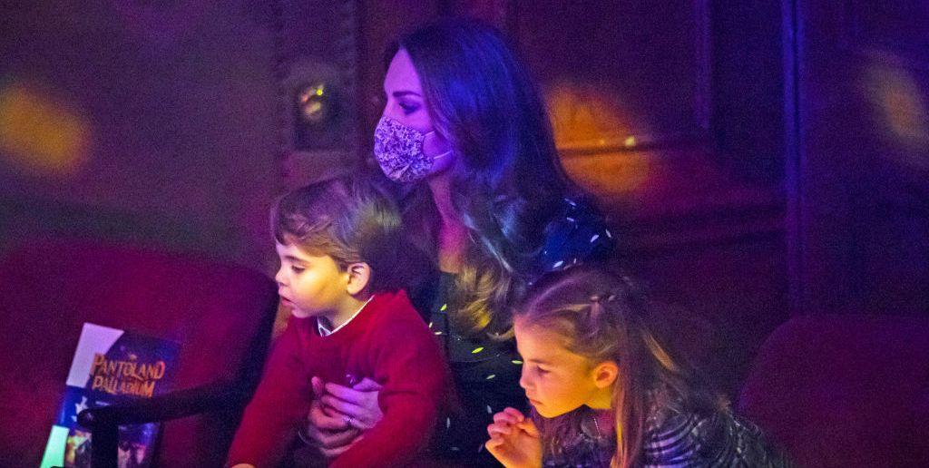 Смотрите все лучшие фотографии принца Уильяма, Кейт Миддлтон и их детей в пантомиме
