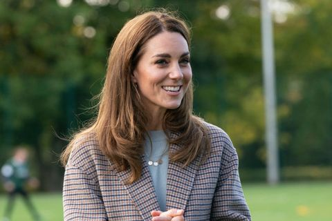 the duchess of cambridge wears rainbow blouse as tribute to nhs staff