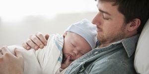 Padre cuidando de un bebé