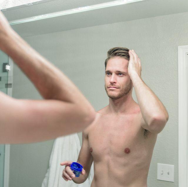 hombre peinandose con cera de pelo