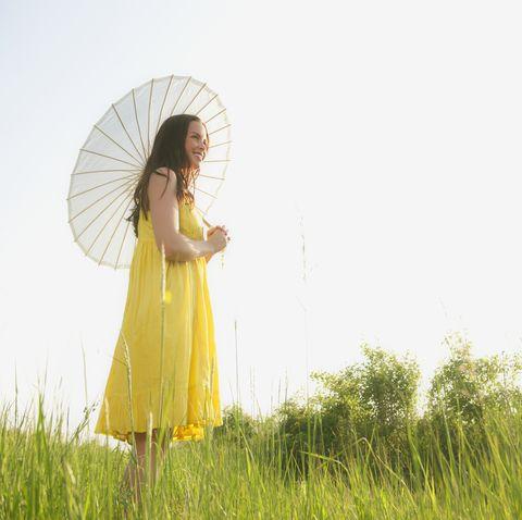 人気の晴雨兼用や折りたたみ、遮光率99%も! おしゃれで便利なおすすめ日傘20選