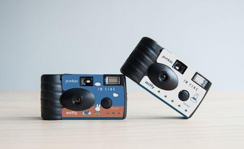藍橘配色和白色的底片相機