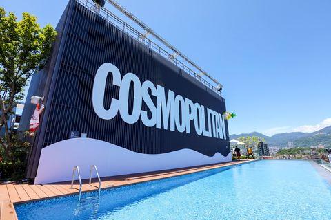 COSMO BIKINI PARTY,在士林萬麗酒店無邊際泳池盛大展開,請來DJ強力播放音樂,還有泳池趴和各式池畔美食和調酒。