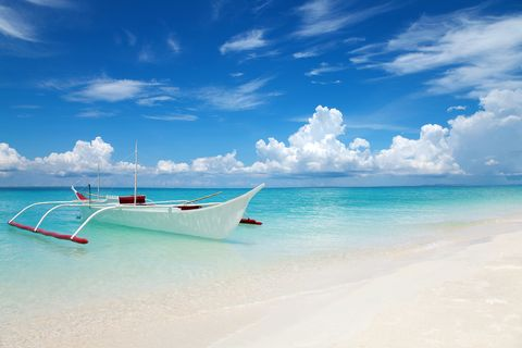 White boat on a tropical beach星宇航空宿霧