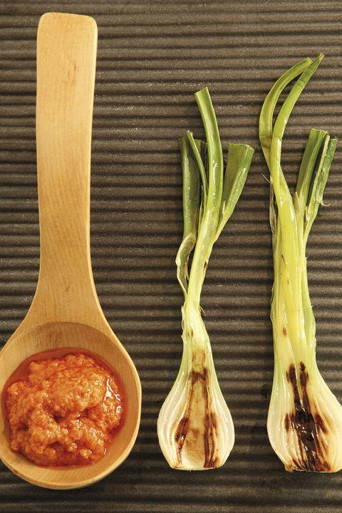 cebolletas con salsa romesco calçots