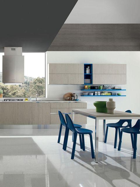 cocina abierta en madera color cedro y azul