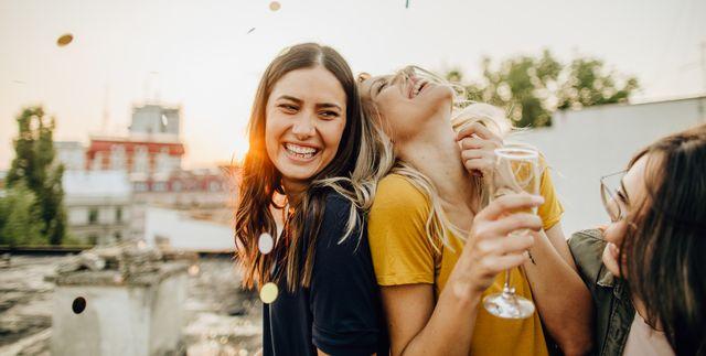 大人になってから新しい友達と呼べる人がいない…と悩む人向けに、社会人の友達の作り方をご紹介。学生時代は、いつだって仲の良い友達と一緒にいたはず。ところが社会人になると、仕事仲間はできても、友達を作るのは難しくなった人も少なくないのでは?友達を作るコツや注意すべきポイントをおさえて、早速行動に移してみましょう。