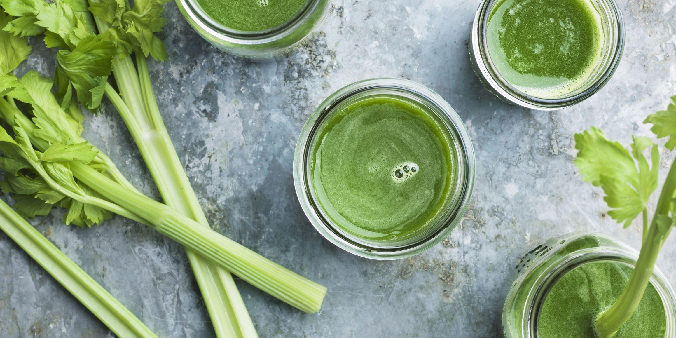 Selderij sap, celery juice gemaakt van verse selderij