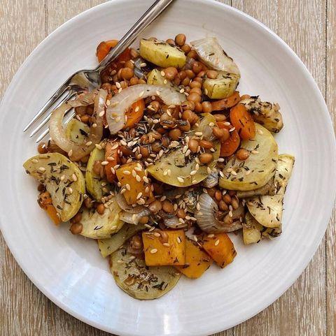 cena sana ensalada de lentejas con verduras
