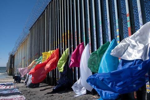 TOPSHOT-MEXICO-US-BORDER-MIGRATION-ART