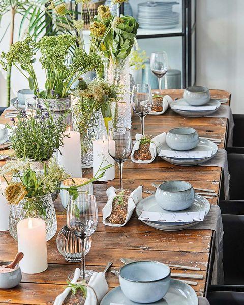 mesa puesta decorada con jarrones y flores