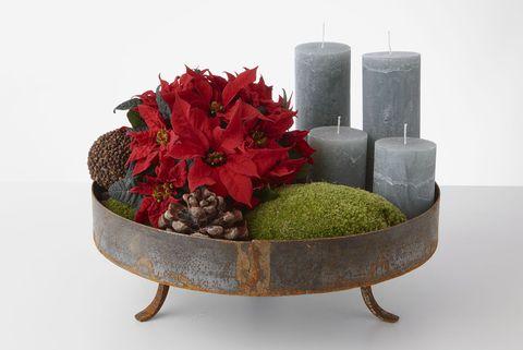 centro de mesa con poinsettia, musgo y velas