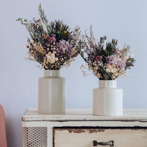 Centro de flores en tonos empolvados