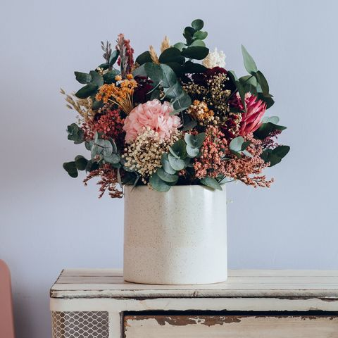 Jarrón de cerámica con centro de flores