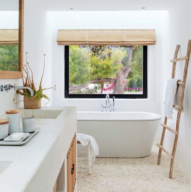 cuarto de baño moderno blanco con bañera exenta