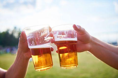Brindando con cerveza