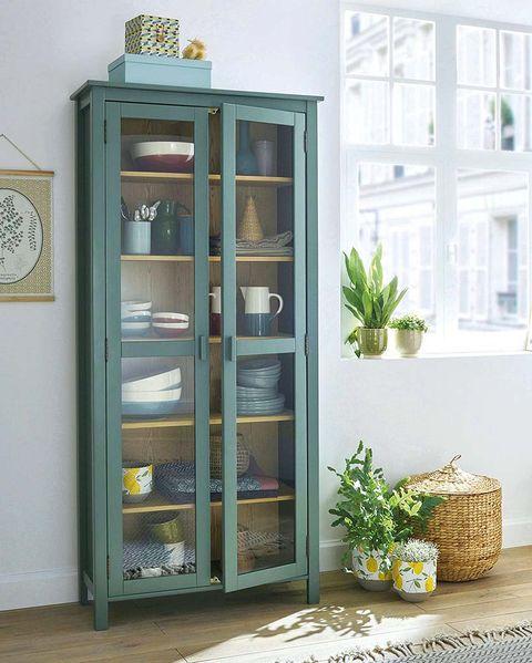 vitrina en color verde y cesta de fibra de la redoute interieurs