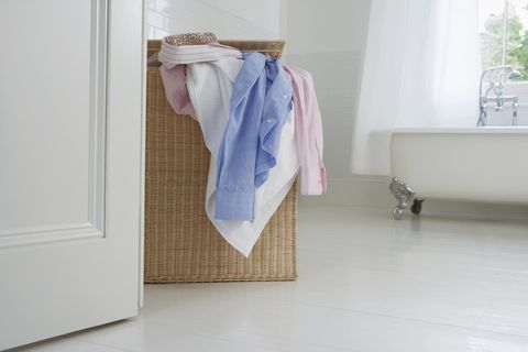 cesto de la ropa en el baño